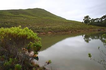 A lagoa onde se mergulha ao fim do primeiro dia de trilha