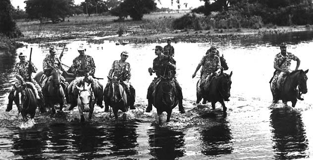 No lombo dos cavalos, policiais militares patrulham área do Pantanal, na década de 1980. (Foto: Acervo do Batalhão de Polícia Militar Ambiental do Mato Grosso do Sul)