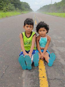 Qual será o futuro das crianças que moram na beira da BR-319 com a reabertura da estrada? (Daniel Pena)