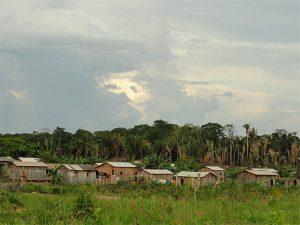 A maioria das casas é feita de madeira na comunidade Realidade, a 100 quilômetros de Humaitá. (Daniel Pena)