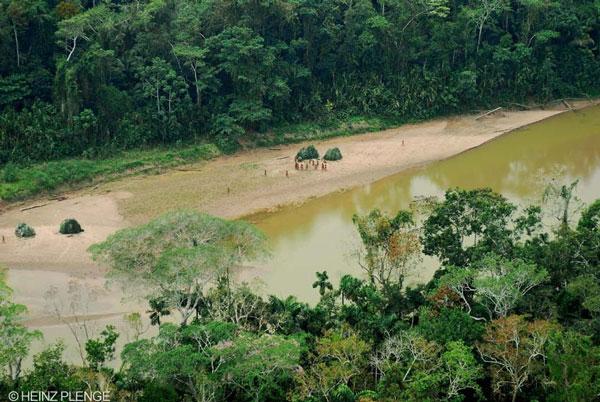 Isolados Mashco-Piro, grupo que transita entre o território peruano e brasileiro. As fotos tiradas durante sobrevoo em 2007 sobre o Parque Nacional Alto Purus, no Peru. Crédito: Heiz Plenge-SZF-INRENA