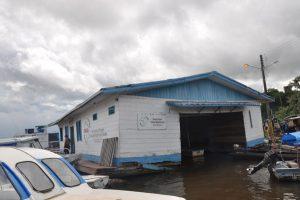 Flutuante da Funasa (Fundação Nacional da Saúde) no porto de Tabatinga, no estado do Amazonas, onde saem os barcos para as comunidades indígenas. Crédito: Maria Emília Coelho
