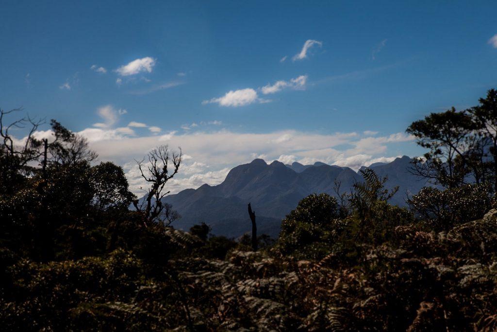 Um dos mirantes da trilha oferece uma bela vista da cadeia de montanhas do Parque Estadual dos Três Picos. Foto: Márcio Issensee