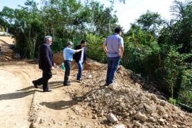 Conselheiro do TCE-AM, Júlio Pinheiro, e procurador de Contas, Rui Marcelo Alencar, acompanharam a visita técnica que constatou desrespeito a condicionantes ambientais na construção da Av. das Flores. Foto: DEAMB/TCE-AM