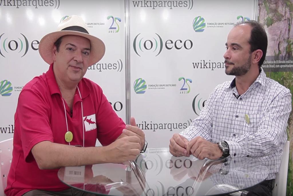 O colunista José Truda entrevista Guilherme Dutra, no stand de ((o))eco.