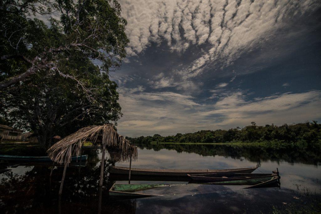 Entardecer na aldeia Waro Apompu, na Terra Indígena Munduruku, sudoeste do Pará. O Movimento Ipereg Ayu representa a resistência Munduruku na bacia do Tapajós. Foto: Divulgação Fábio Nascimento/Greenpeace.
