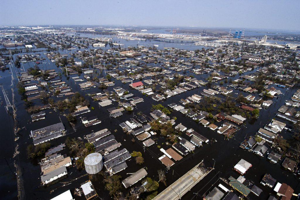 Quatro dias após o furacão Katrina atingir Nova Orleães, boa parte da cidade continuava inundada. Foto: Wikimedia