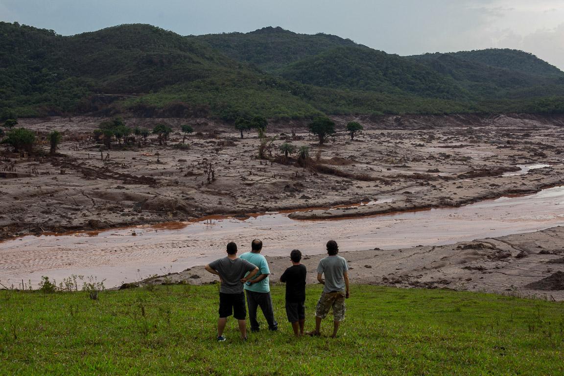 Moradores observam a destruição provocada pelo rompimento da barragem do Fundão no dia 5 de novembro.