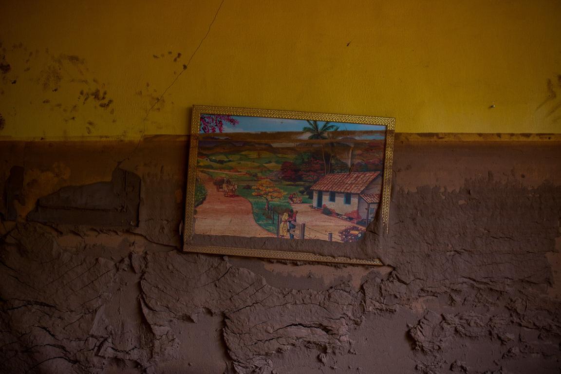 A lama invadiu e encobriu todos os cômodos da casa de Geraldo Nascimento, onde ele vive há 40 anos. Na parede, restou apenas um quadro.