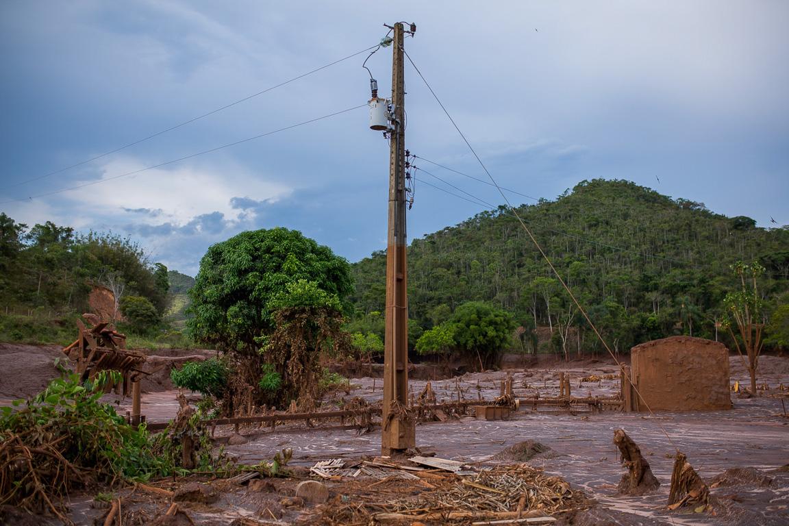 A marca da lama a cerca de 5 metros de altura no poste de luz mostra a força com que a área rural de Paracatu foi atingida.