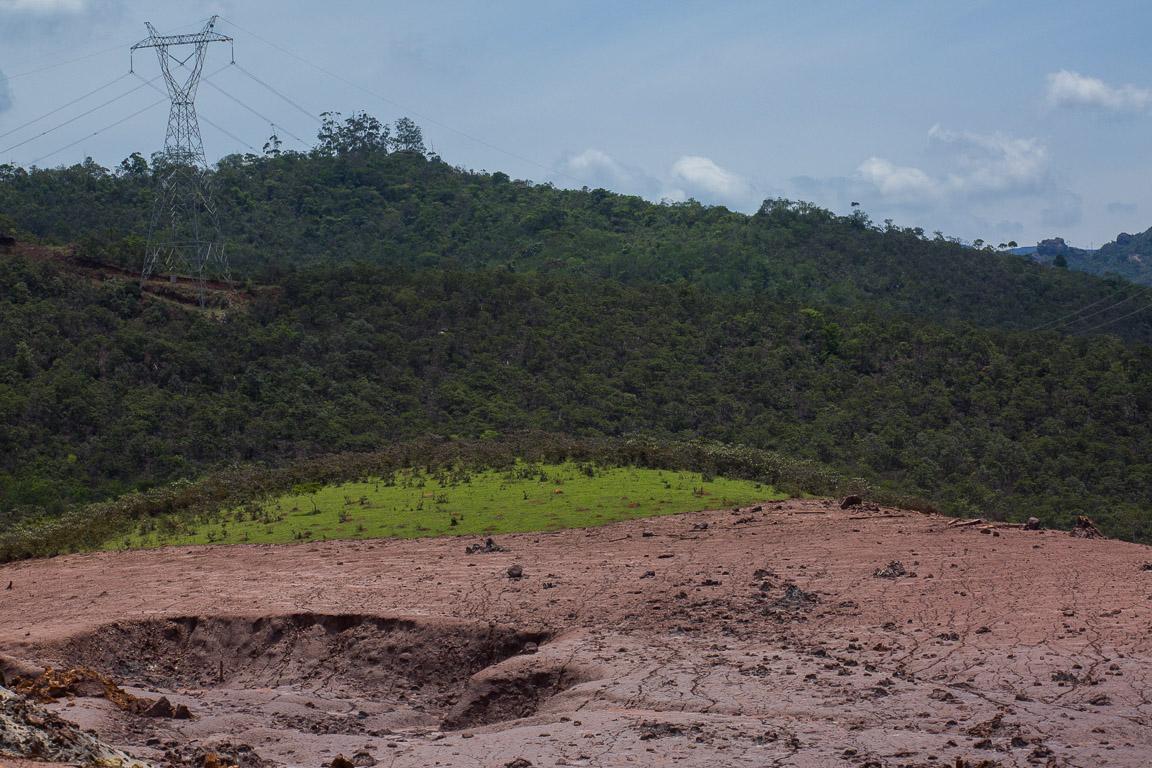 As linhas de transmissão permaneceram intactas em alguns pontos próximos ao distrito de Bento Rodrigues.