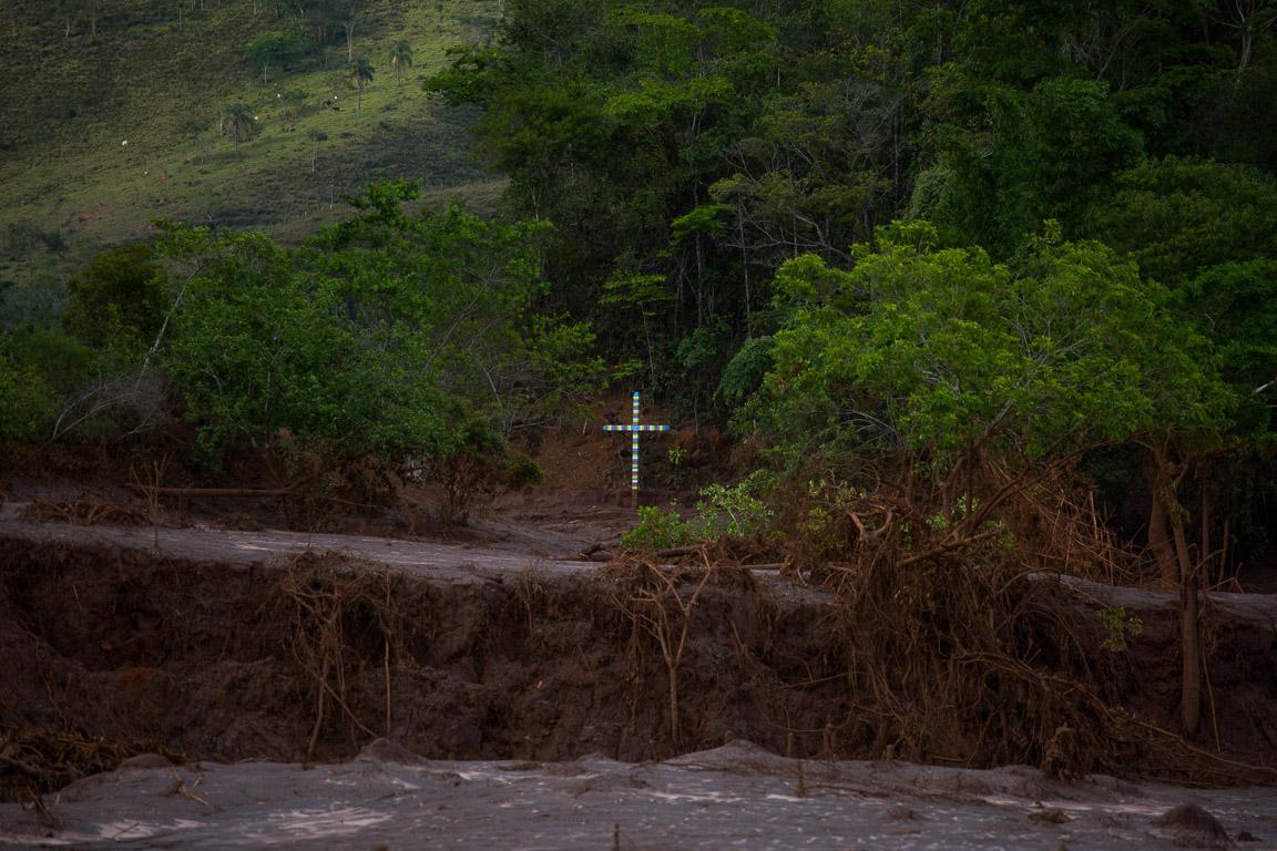 Uma cruz solitária, próximo a ponte que foi destruída pela lama no distrito de Paracatu.