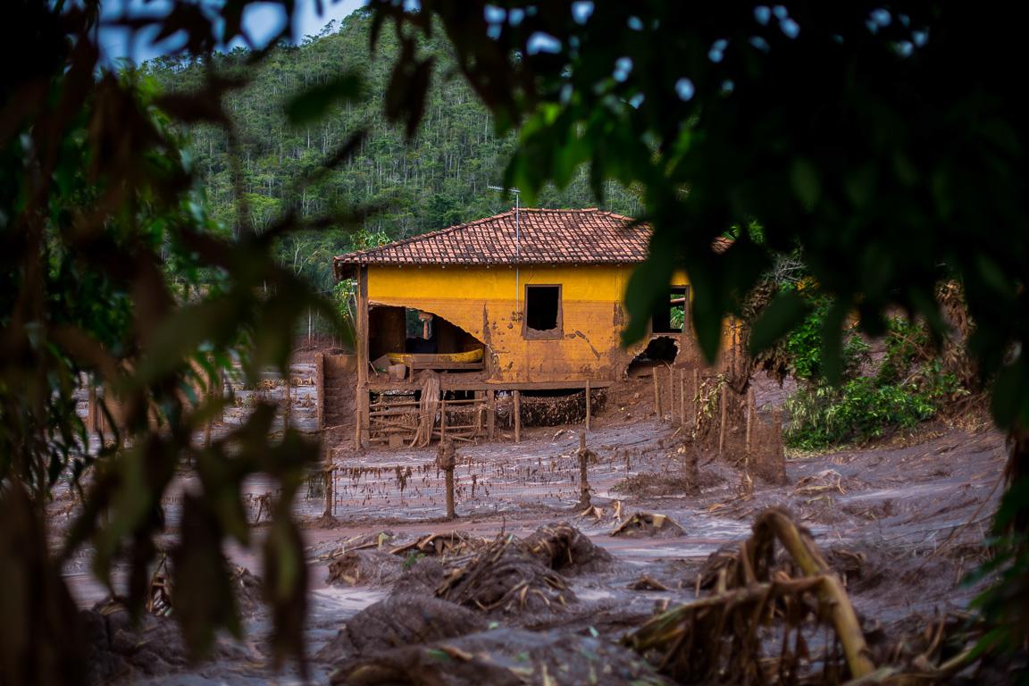 Casa engolida pela lama no distrito de Paracatu de Baixo, próximo a cidade de Mariana, MG.