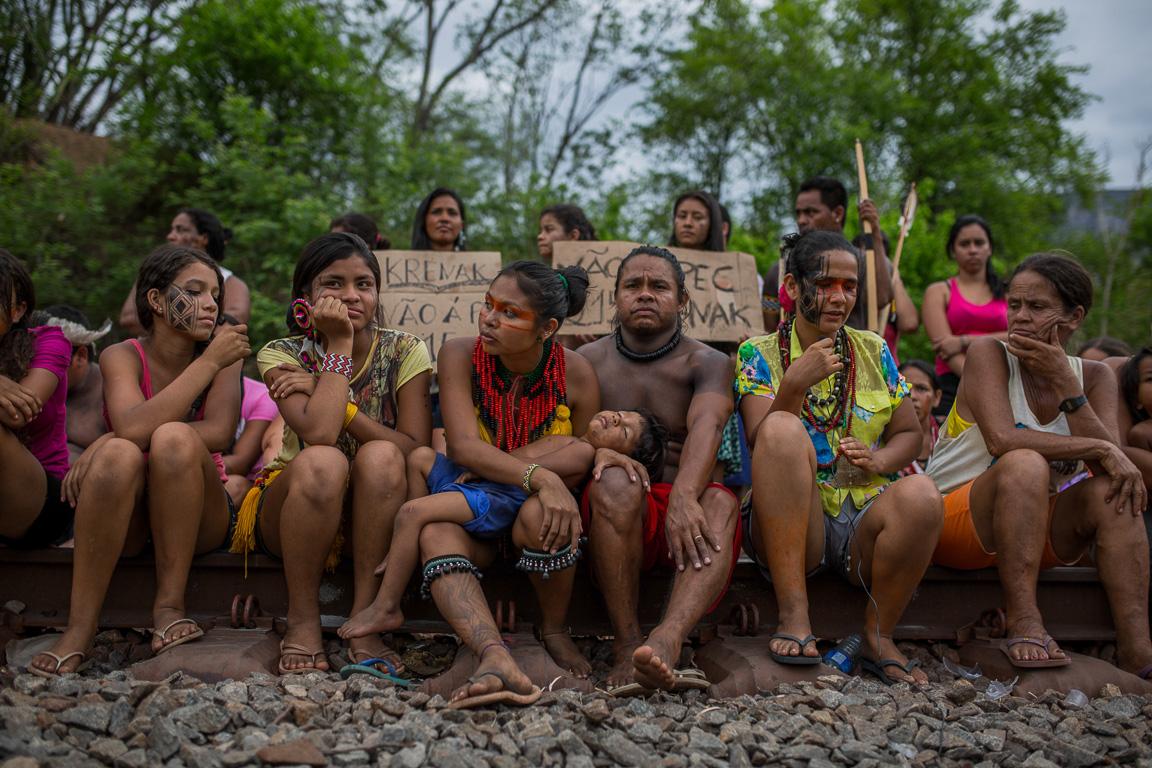 Índios da etnia Krenak protestaram durante quatro dias seguidos interditando a linha do trem da companhia Vale, que corta suas terras. Lá, também passa o Rio Doce na altura da cidade de Resplendor.
