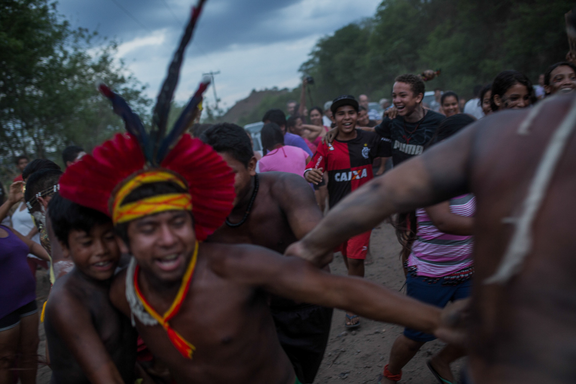 Após negociação de dois dias, a Vale decidiu atender as exigências dos índios Krenak, que liberaram o trânsito dos trens.