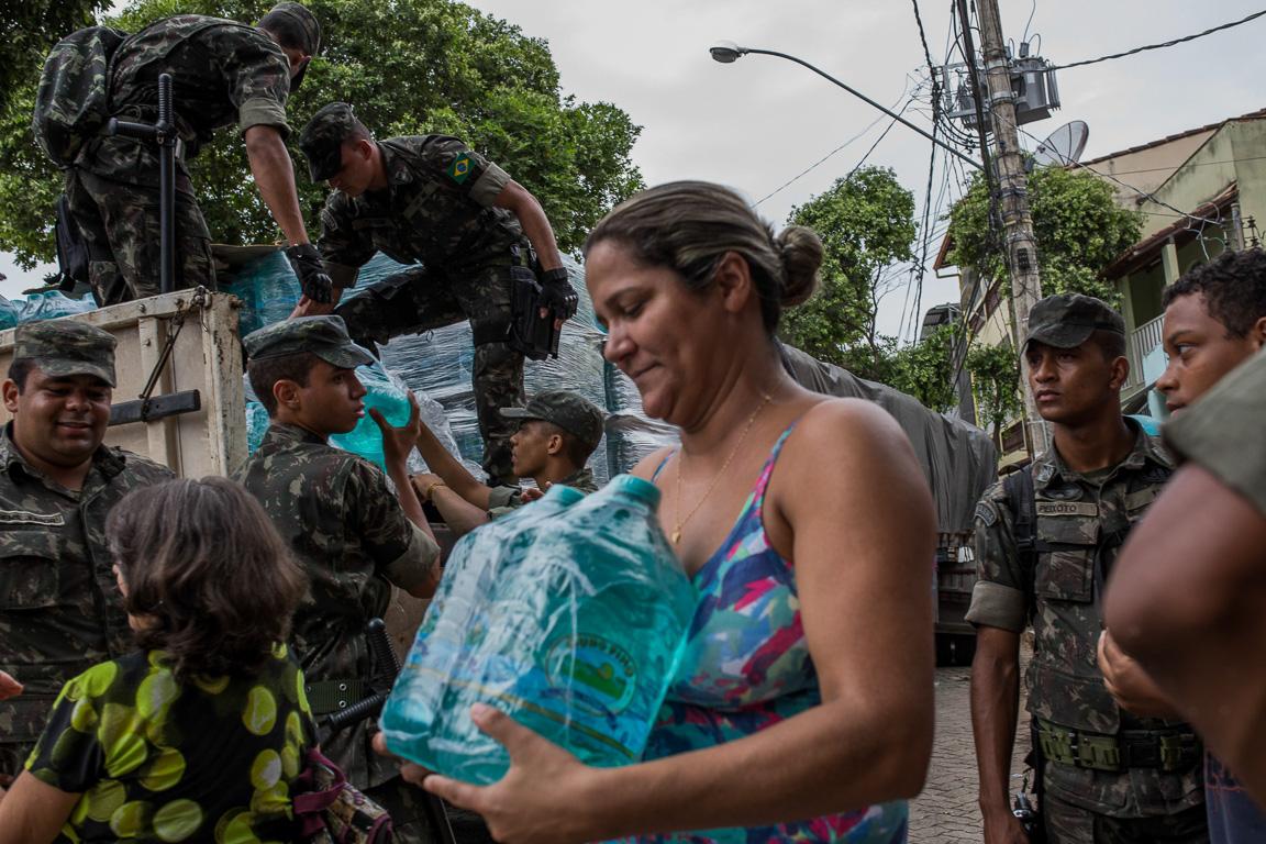 Exército foi chamado para organizar e auxiliar na distribuição de água para a população de Governador Valadares. A cidade era abastecida com água do Rio Doce.
