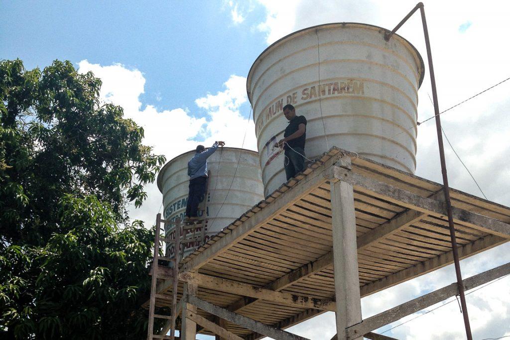 Instalação do Mãe d'Água nos microssistemas de abastecimento para comunidades do Tapajós. Foto: InfoAmazonia