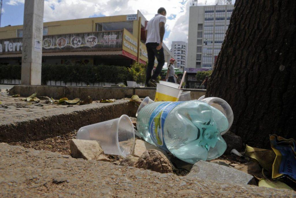 Lixo nas ruas do Setor Comercial Sul, Brasília. Projeto fixa multa para quem for pego sujando a cidade. Foto: Edilson Rodrigues/Agência Senado.