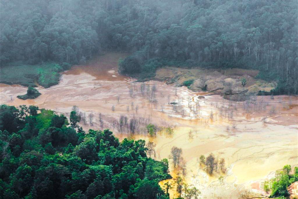 Garimpo ilegal flagrado no entorno de áreas protegidas no Amapá, no fim de 2012. Foto: © Divulgação / ICMBio