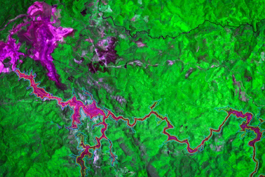 Imagem do satélite Landsat-8 próximos à barragem e sobre o distrito de Bento Rodrigues em Mariana disponibilizadas pelo Instituto Nacional de Pesquisa Espacial.