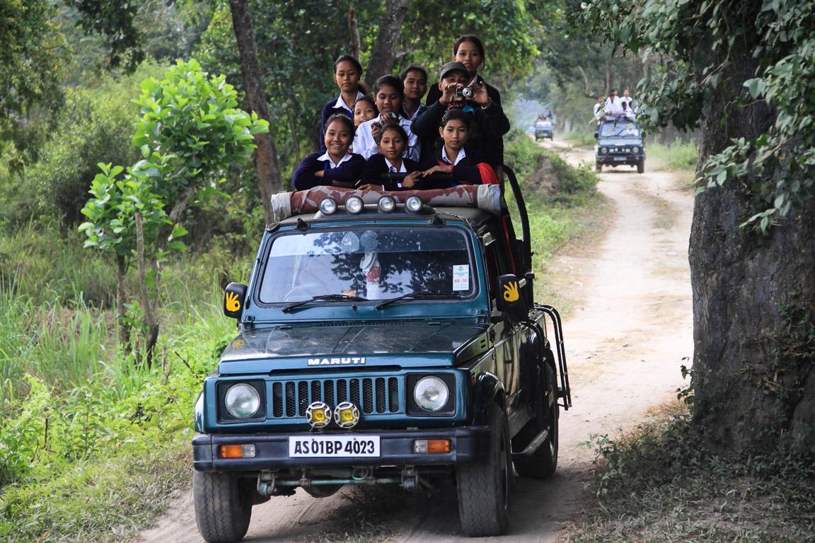 """Estudantes a bordo de um dos muitos jipes """"safári"""" que são os únicos veículos que visitantes podem utilizar."""