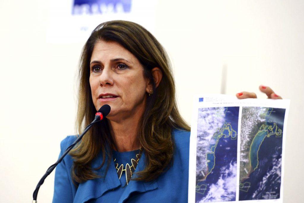 A presidente do Ibama mostra imagem da mancha no oceano que atingiu o santuário de Abrolhos. Valter Campanato/Agência Brasil.