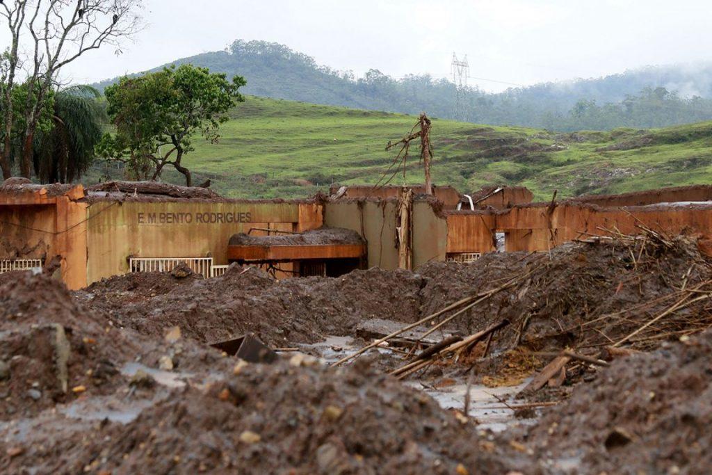 Escola Municipal soterrada pelo avalanche de resíduos de minério. Foto: Foto: Rogério Alves/TV Senado.