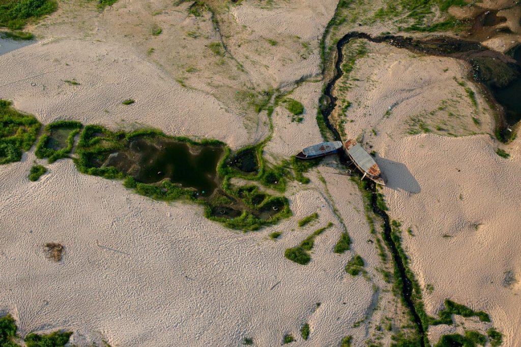 Cena comum no porto de Santarém e nas áreas de várzea próximas ao município. Nas secas fora de padrão, o baixo nível baixo dos rios provoca riscos de encalhamento, dificulta o transporte e aumenta as distâncias de comunidades já isoladas, que dependem essencialmente da navegação para se descolar. FLAVIO FORNER/XIBÉ/INFOAMAZONIA