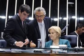 Senadora Ana Amélia é relatora de duas das três propostas de Caiado (no centro) que derruba lista vermelha de espécie. À esquerda, está o secretário-geral da Mesa, Luiz Fernando Bandeira de Mello Filho. Foto: Jefferson Rudy/Agência Senado.