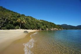 Praia da Feiticeira, Ilha Grande. Foto: Nathan Chor/Wikipédia.
