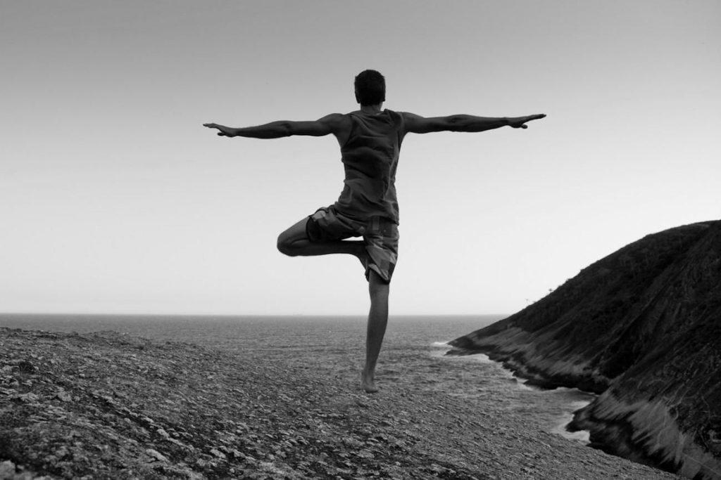 Visitante pratica yoga no Parque Estadual da Serra da Tiririca, Niterói, RJ. Foto: Enrico Marone