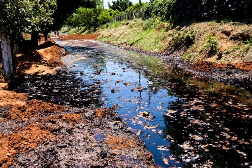 Incêndio em galpão com 30 mil toneladas de açúcar em Santa Adélia, no interior de São Paulo, provocou uma cachoeira de caramelo derretido que invade casas e polui um rio. Foto: Estadão/ O Progresso