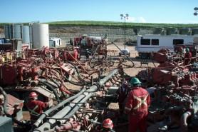 Poço de fraturamento hidráulico em funcionamento em Dakota do Norte, EUA. Foto: Wikipédia.