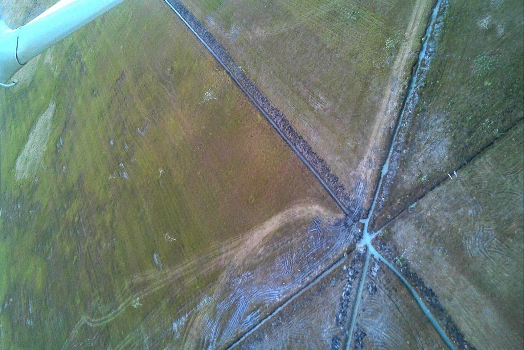 Canais são Foto feita em sobrevoo mostra dimensão do sistema interligado de drenos, construído para enxugar o banhado e facilitar plantio de soja e milho. Foto: PMA-MS