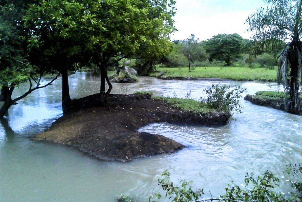 Em dia de chuva, os policiais comprovaram que a água lançada pelos drenos turva o rio da Prata. Foto: PMA-MS