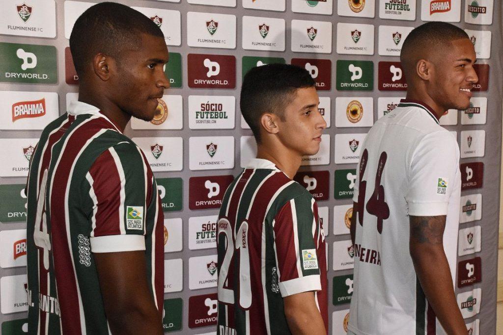 Os jogadores Marlon Santos, Daniel e Nogueira apresentam a camisa com a marca da SOS Mata Atlântica. Foto: Mailson Santana/Fluminense FC.