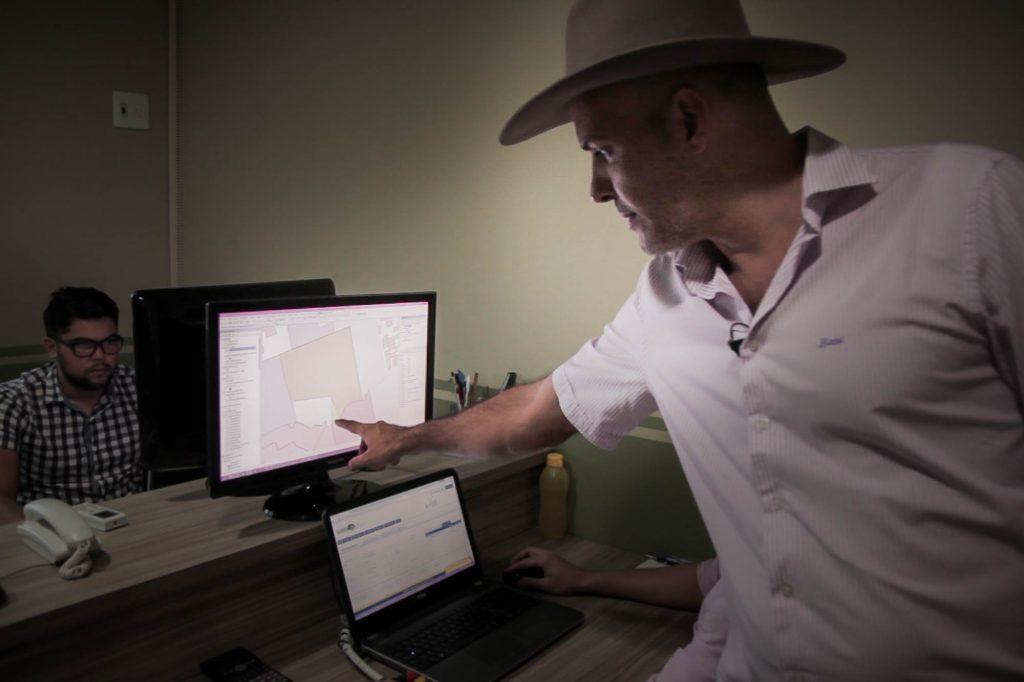 Em Redenção, na sua empresa, Jordan Timo usa a imagem de satélite para mostrar uma área desmatadada.