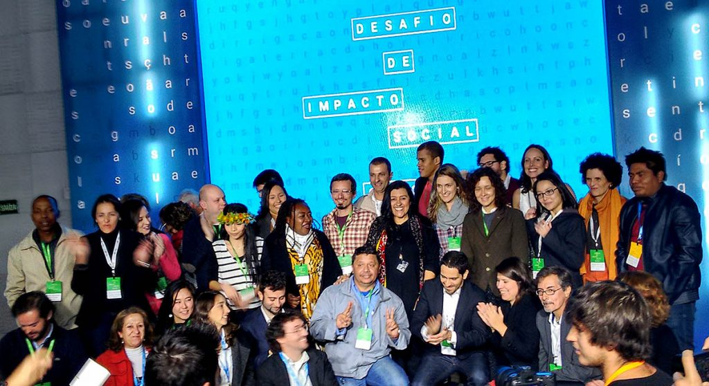 Os finalistas do Desafio de Impacto Social 2016 celebraram com os jurados no palco após a divulgação dos resultados. Foto: Paulo André Vieira