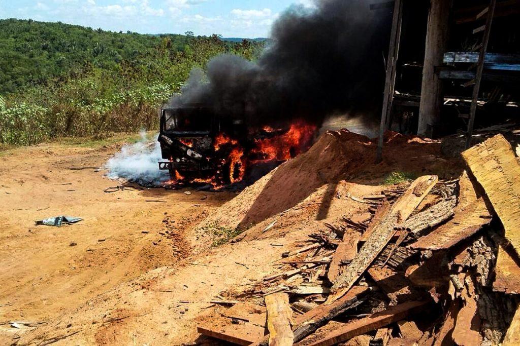 Policiais têm ordem judicial para explodir equipamentos evitando possibilidade de recuperação do material.