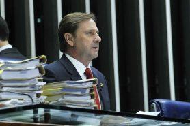 PEC 65, proposta pelo senador Acir Gurgacz (acima), acaba com o licenciamento ambiental no país. Foto: Geraldo Magela/Agência Senado.