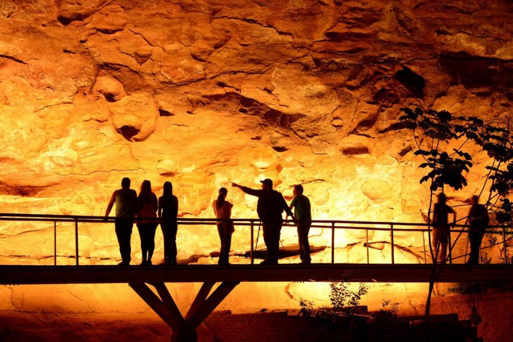 Imagem da passarela da Toca do Boqueirão da Pedra Furada no Parque Nacional Serra da Capivara. Foto: André Pessoa/Wikiparques.