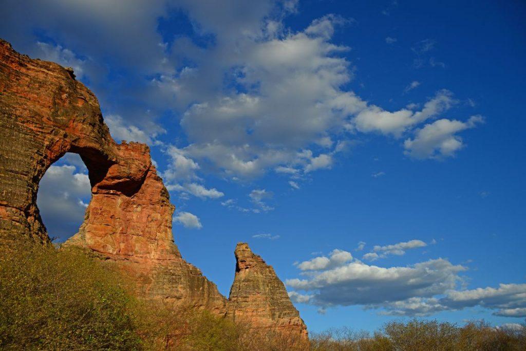 Pedra Furada, monumento geológico mais conhecido do Parque Nacional Serra da Capivara - Piauí. Foto: André Pessoa/Wikiparques.