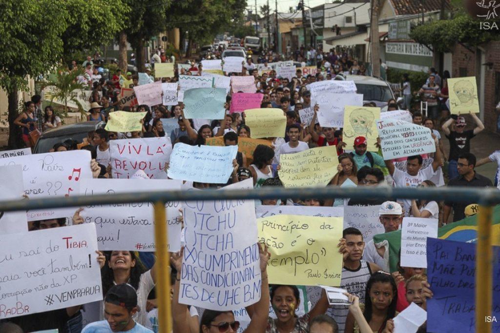 Manifestação em Altamira (PA) pede cumprimento de condicionantes ambientais da usina de Belo Monte. Foto: Letícia Leite/ISA.