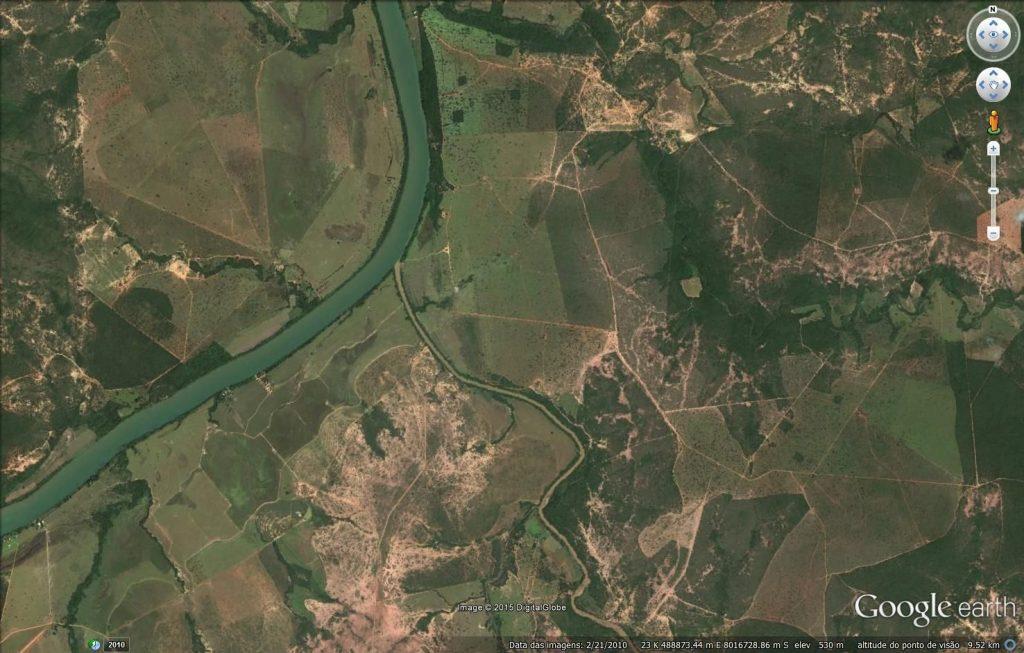 Detalhe da foz do Rio de Janeiro, afluente do Rio São Francisco, onde é possível observar as diversas cicatrizes oriundas do desmatamento, inclusive às margens destes dois rios.