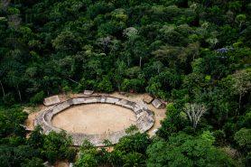 Vista aérea da aldeia do Demini da floresta amazônica, no alto rio Demene, na TI Yanomami, divisa dos estados de Roraima e Amazonas. Foto: Edson Sato