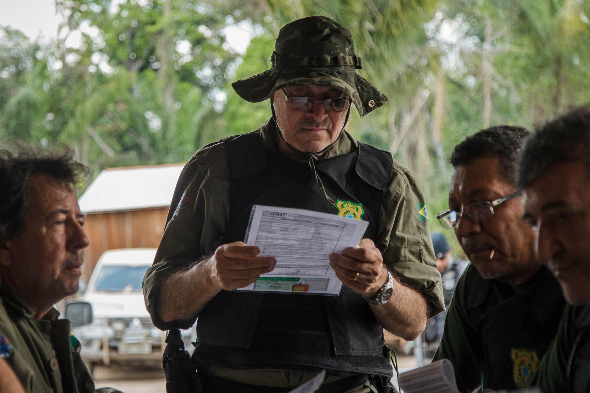 Luciano Evaristo do IBAMA, analisa documentos durante a operação Curuá Livre, no sul do Pará