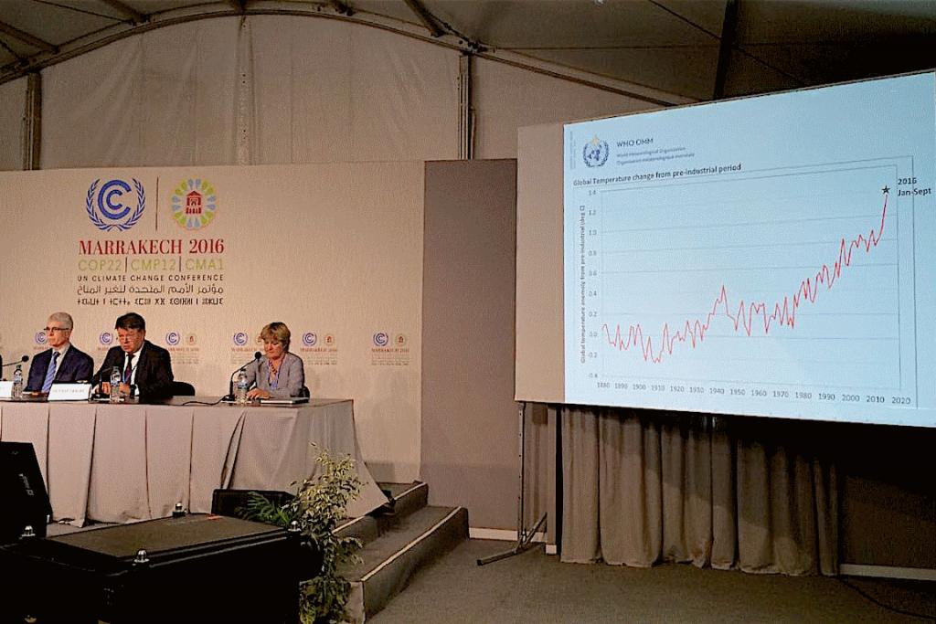 Maxx Dilley (esq.) e Petteri Talaas (centro), da OMM, explicam a tendência de temperatura de 2016. Foto: Claudio Angelo/OC.