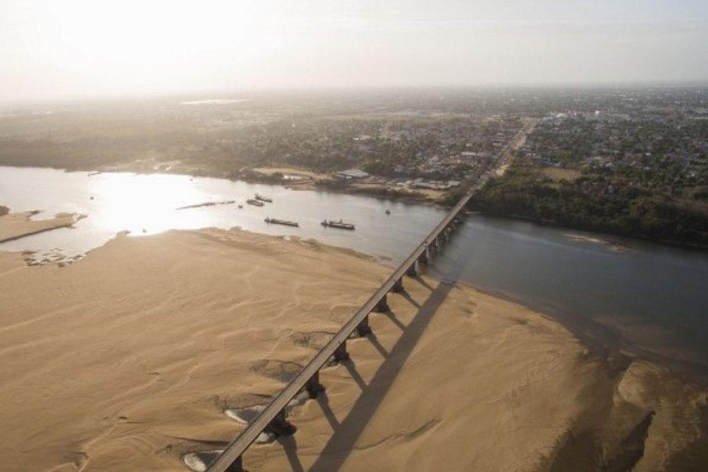 Seca expõe colunas de ponte sobre o rio Branco, o maior do Estado, em Boa Vista. Foto: Alex Barroso/F5 Produções.