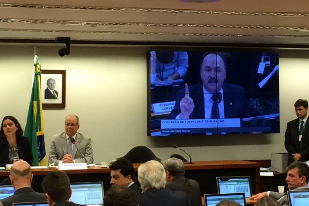 Mauro Pereira (no telão) fala durante sessão da Comissão de Finanças. Foto: OC.
