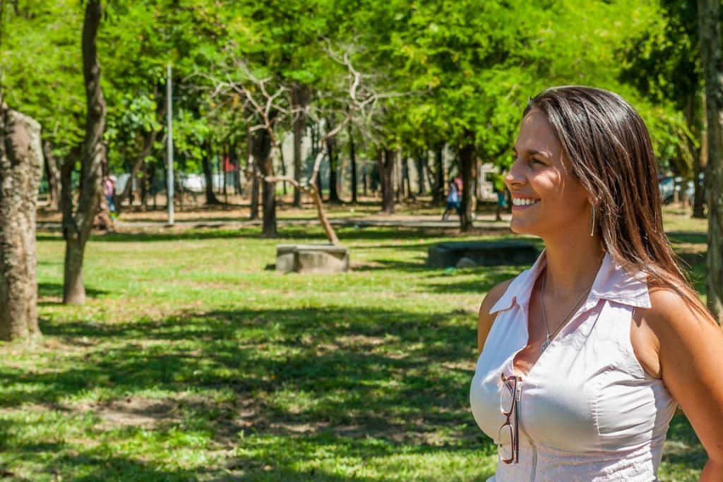Acima, a pesquisadora Vera Ruffato. Cobertura verde na Zona Norte está cada vez mais escassa. Foto: Divulgação/Coppe.